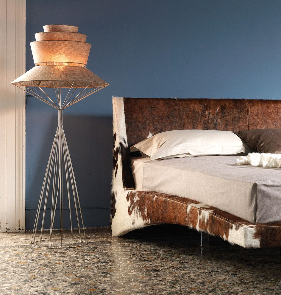 Кровать, обитая шкурой