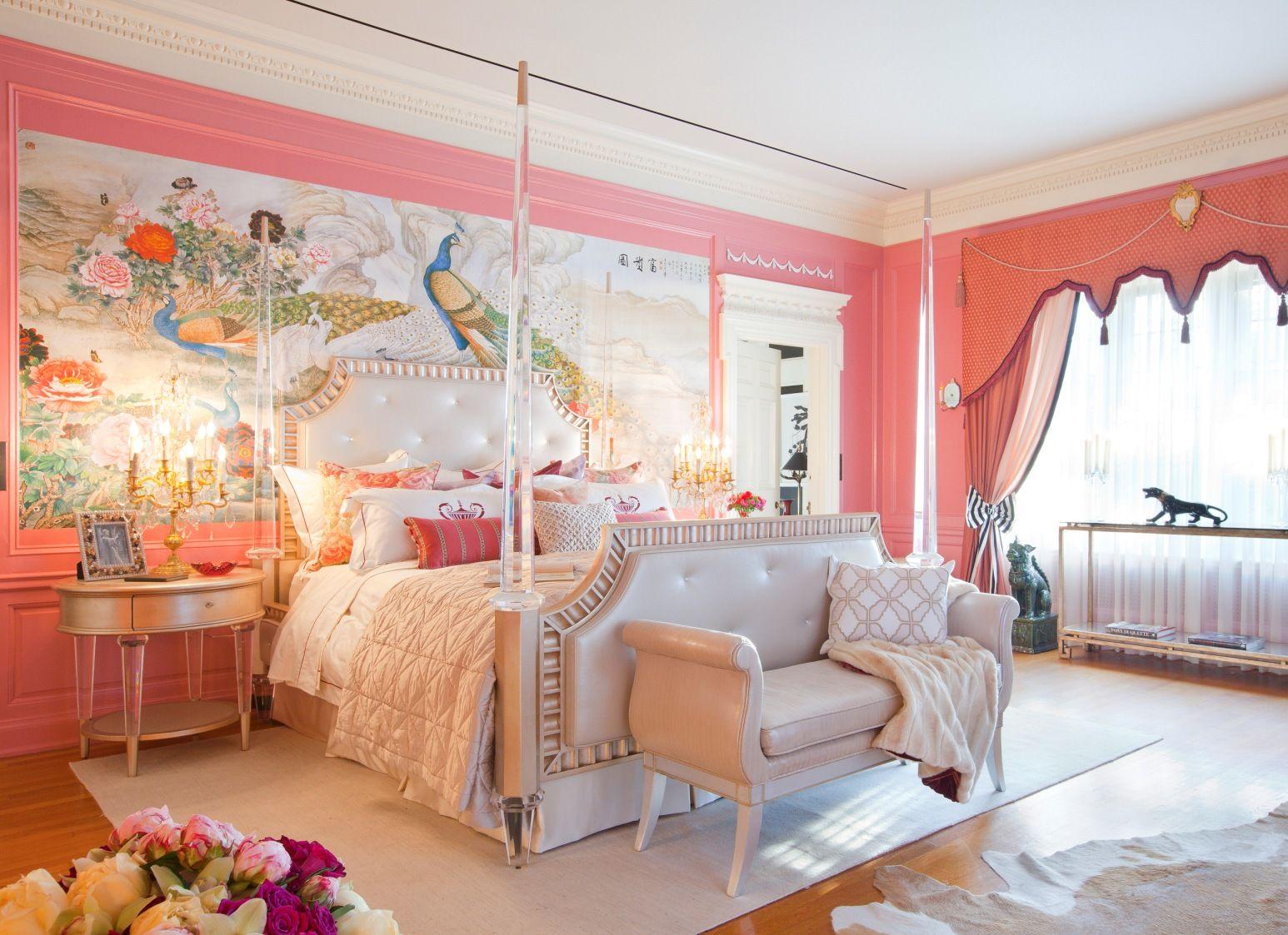 Бежевая кожаная кровать в кремово-коралловой спальне
