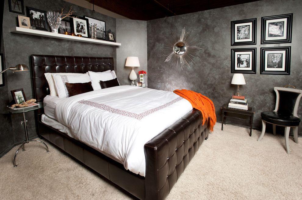 Черная кожаная кровать в черно-белой спальне