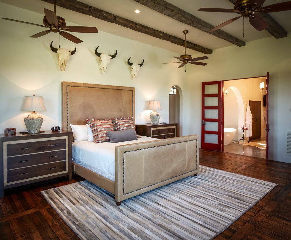 Стиль сафари в спальне с кожаной бежевой кроватью