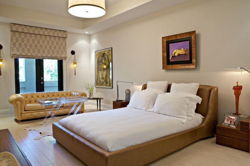 Коричневая кожаная кровать в бежево-белой спальне
