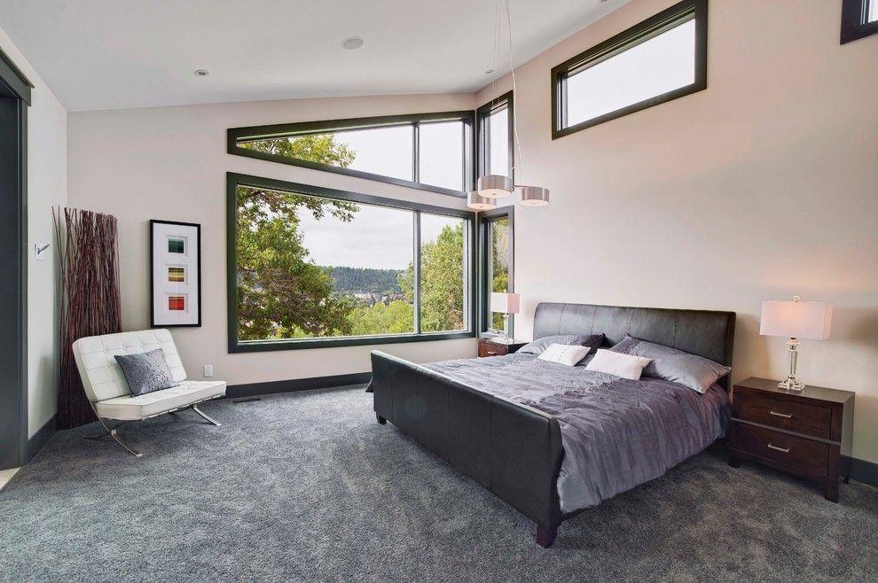 Черная кожаная кровать в интерьере дома