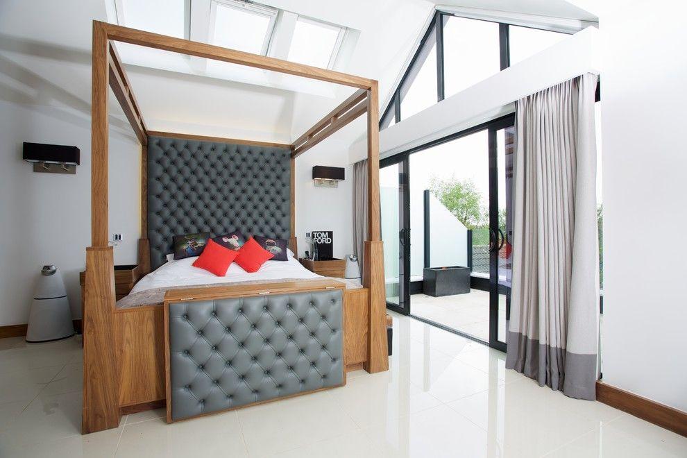 Деревянная кровать, украшенная серой кожей