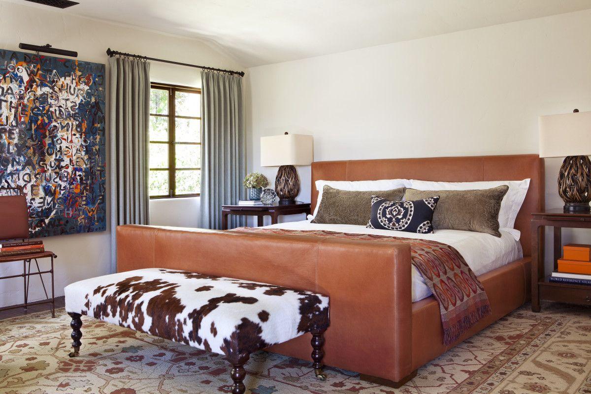 Коричневая кожаная кровать в спальне