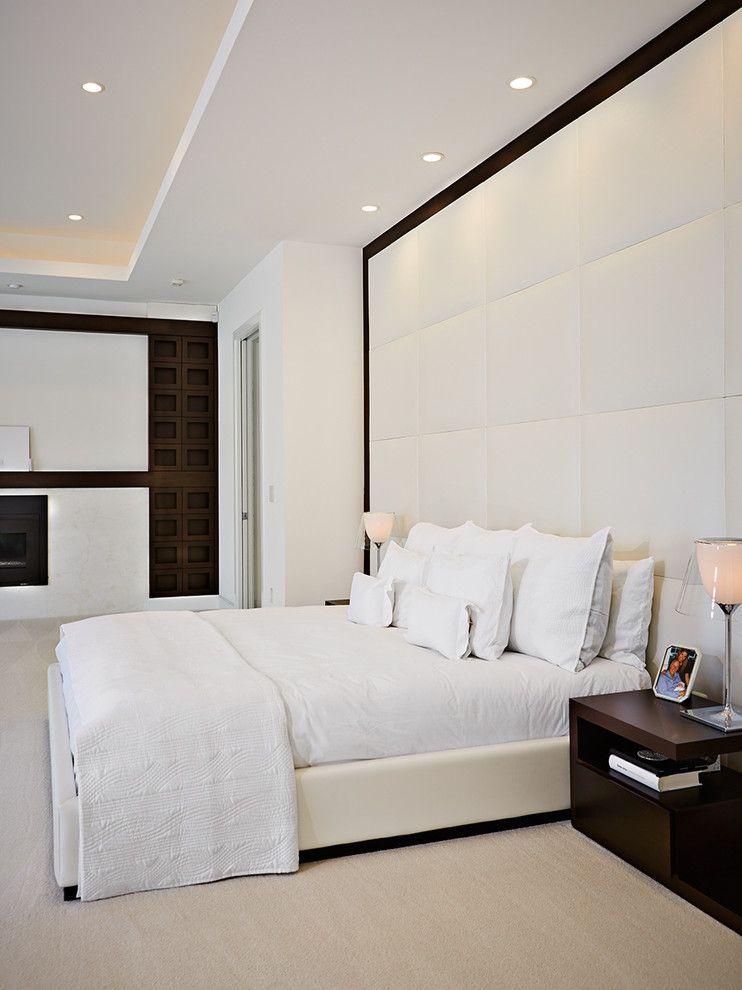 Белая кожаная кровать и стена с отделкой из кожи
