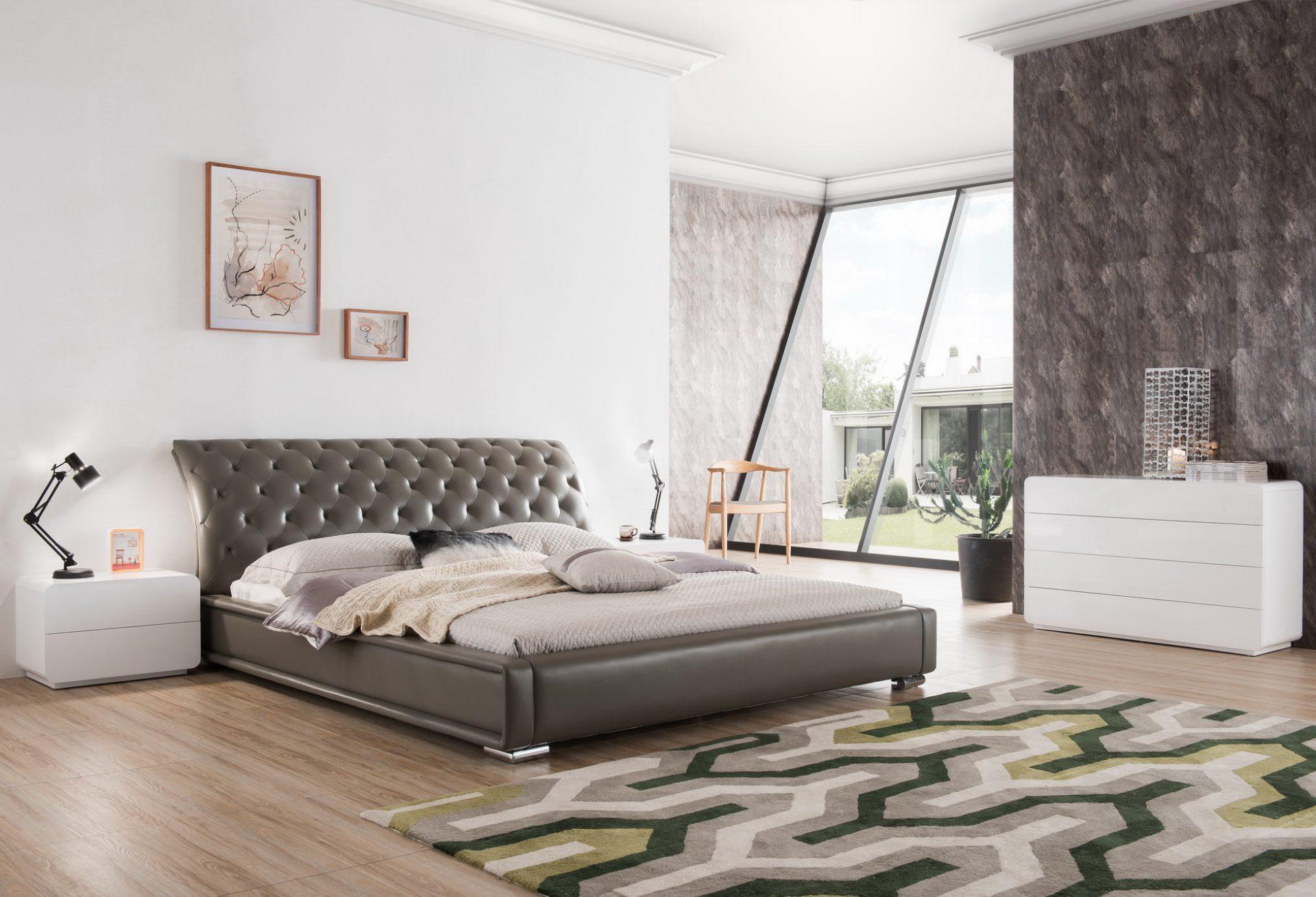 Серая кожаная кровать с изогнутым изголовьем