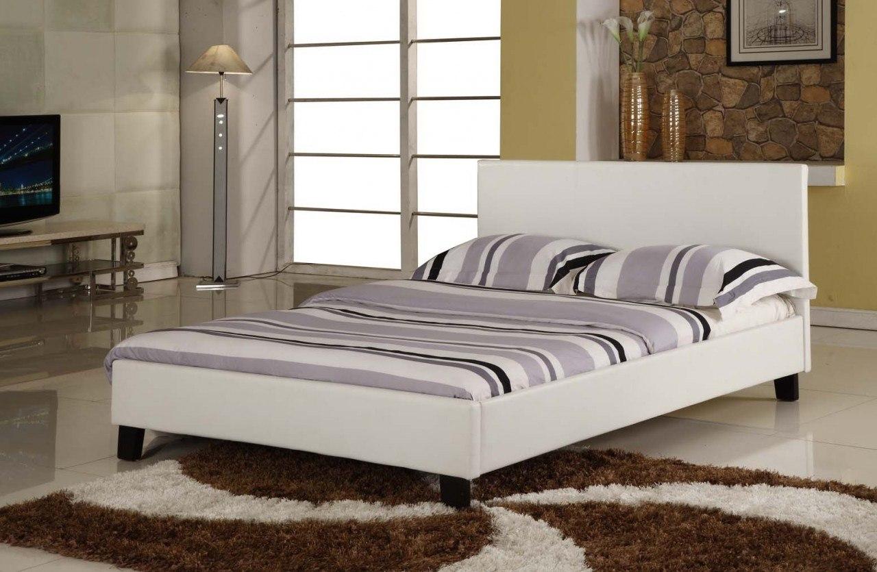 Белая кожаная кровать в современной спальне