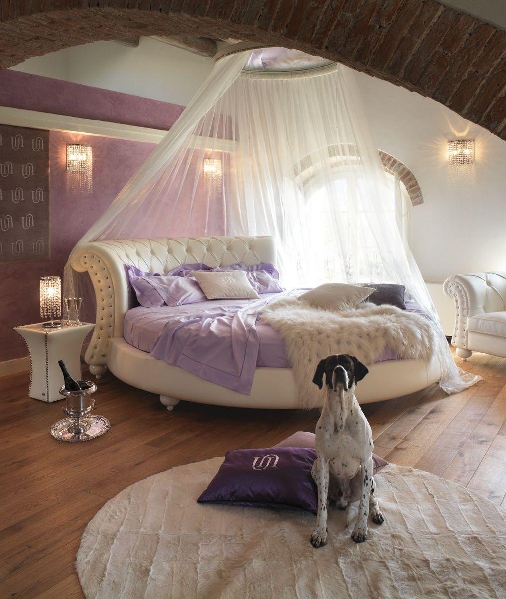Круглая белая кожаная кровать с балдахином в спальне