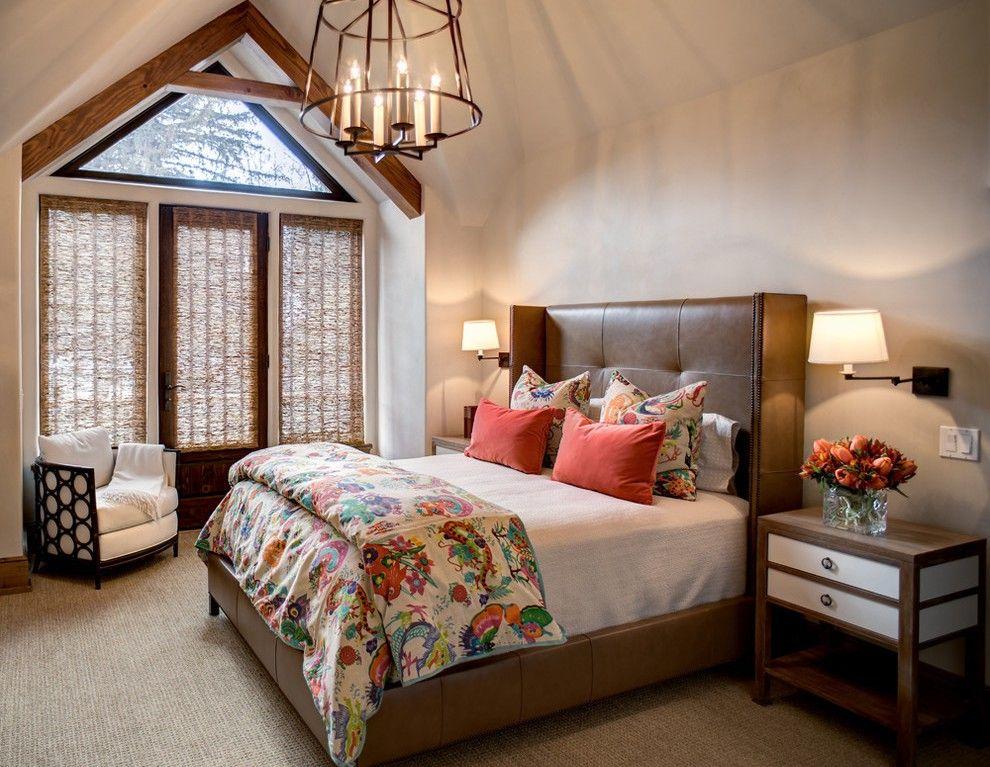Коричневая кожаная кровать в бежево-коричневой спальне