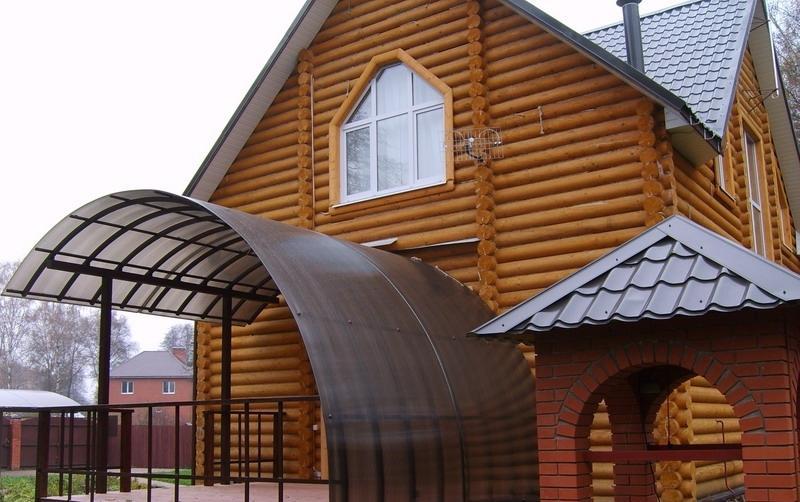 Большой арочный козырек загородного дома