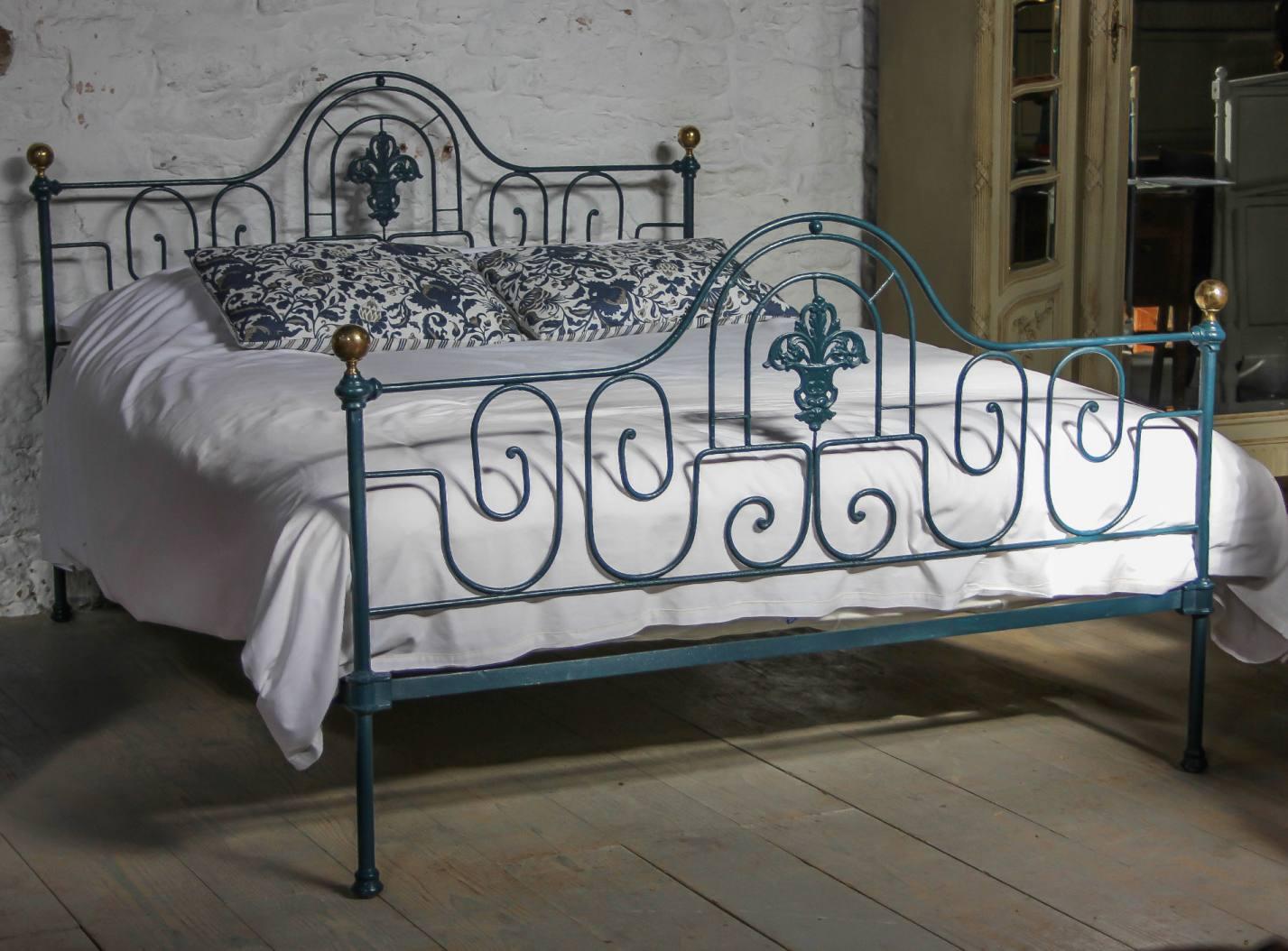 Покрашенная кованая кровать