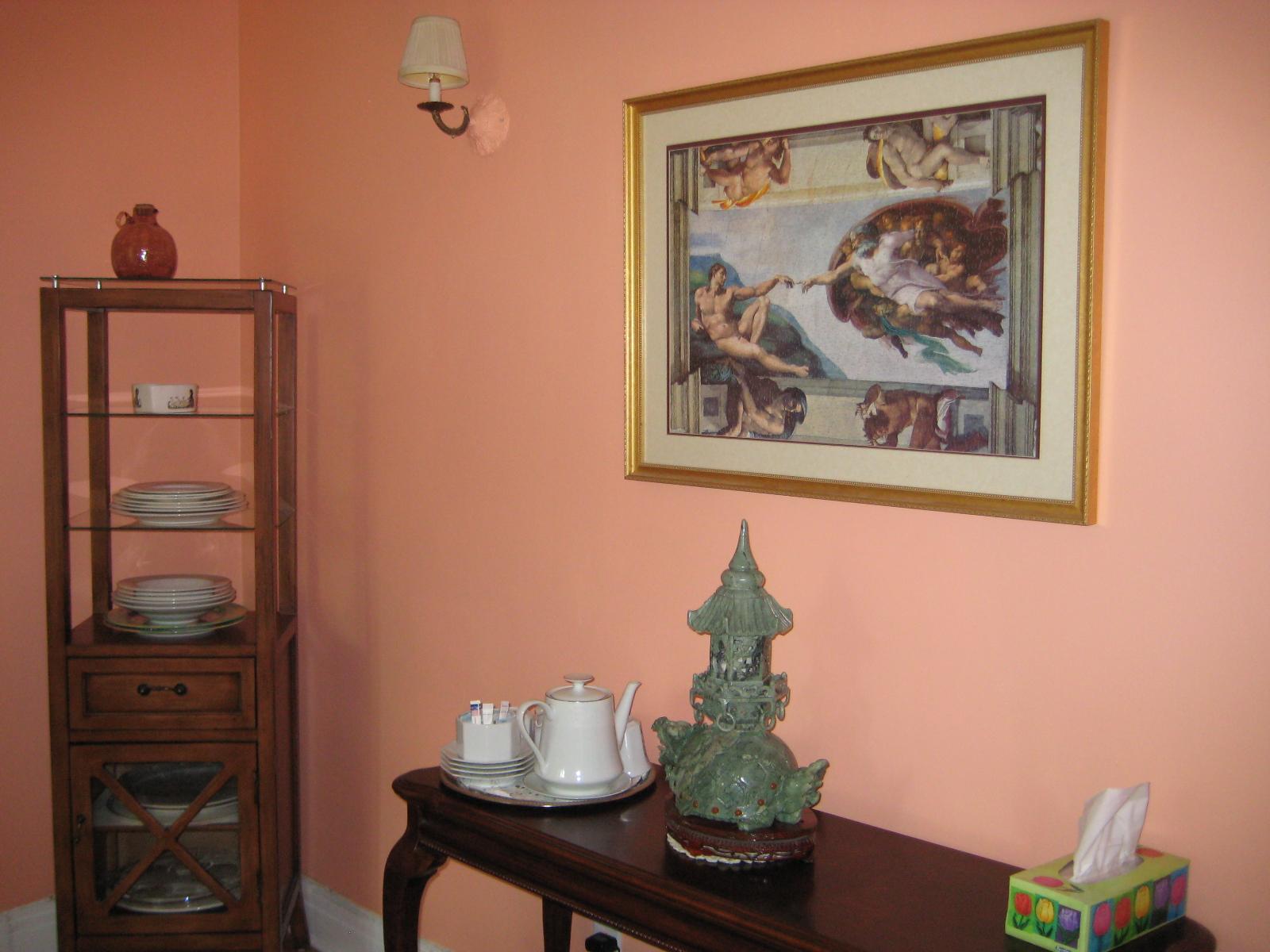 Персиковый цвет крашеной стены в интерьере