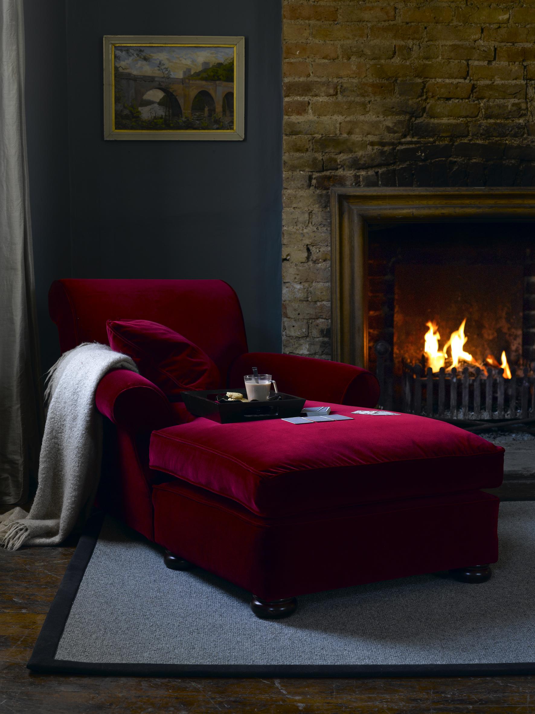 Бордовое кресло в интерьере