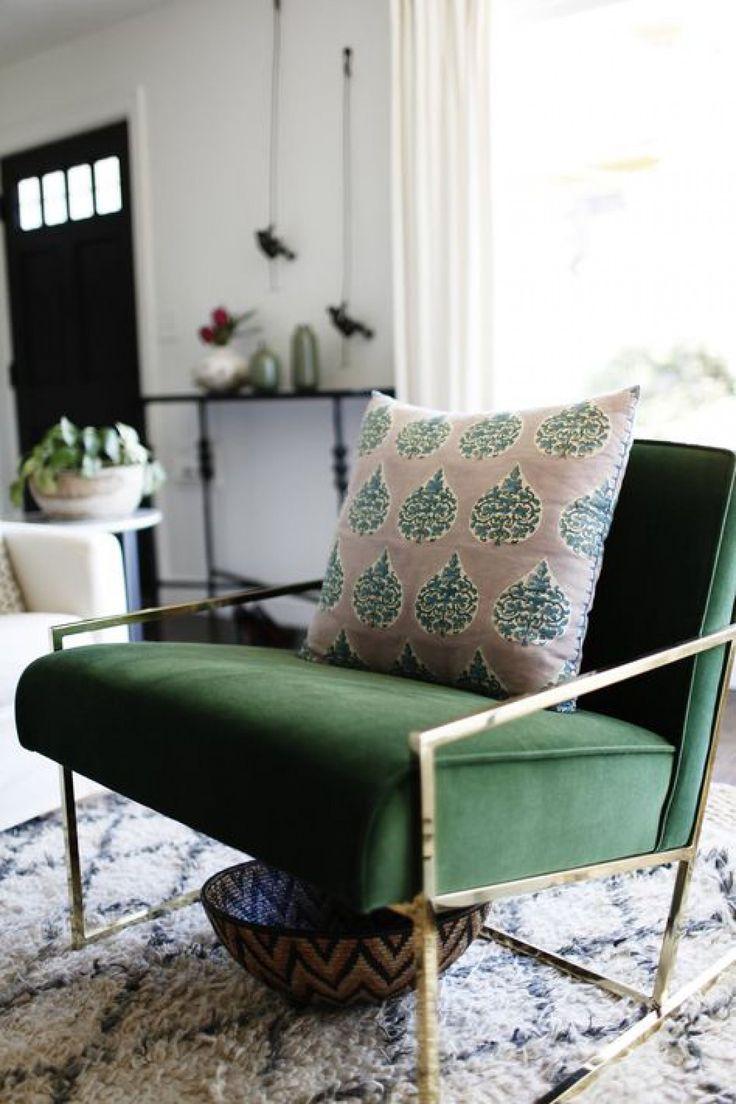 Оливковое кресло в интерьере