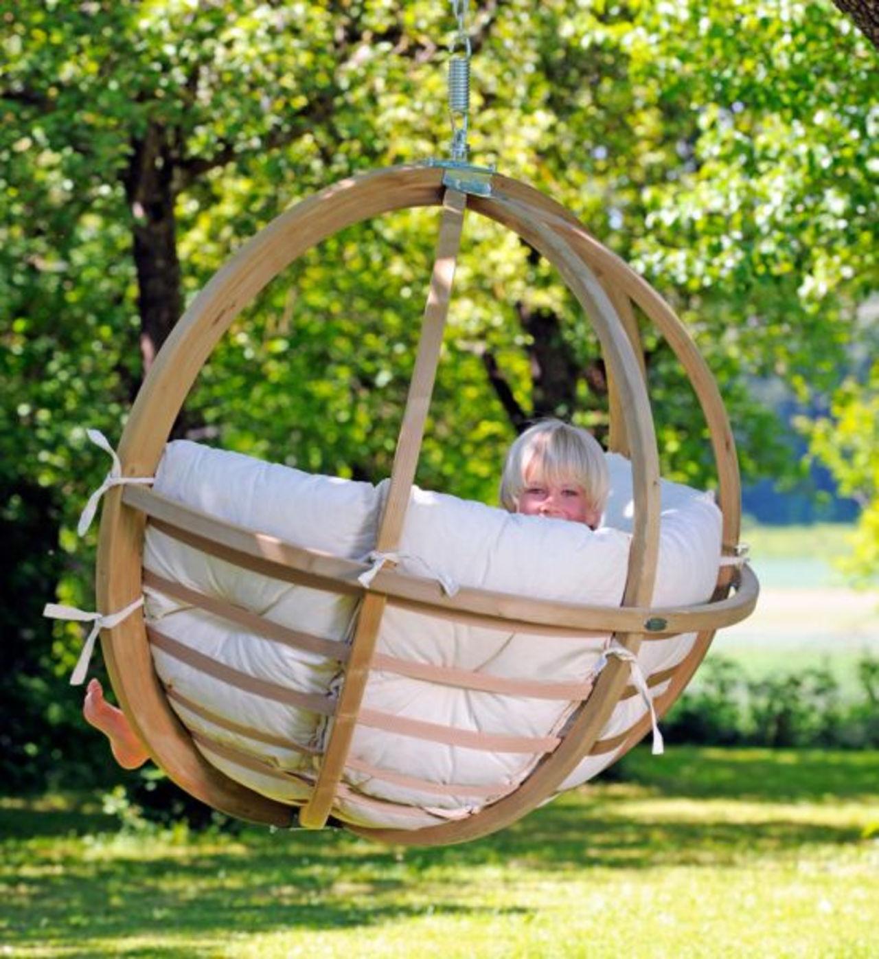 Деревянное каркасное кресло-гамак в саду