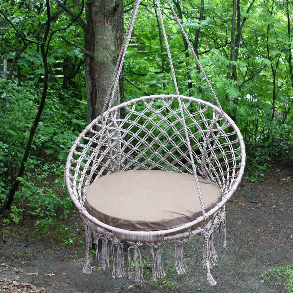 Серое каркасное с плетением кресло-гамак в саду