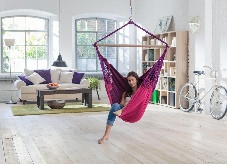 Плетеное кресло-гамак в гостиной