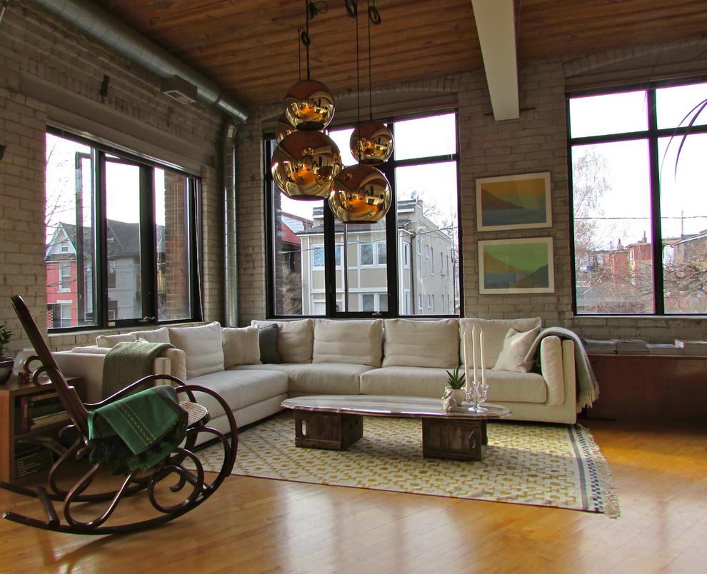 Темное кресло качалка в гостиной