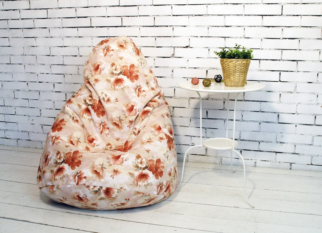 Красивое кресло мешок с цветочным принтом