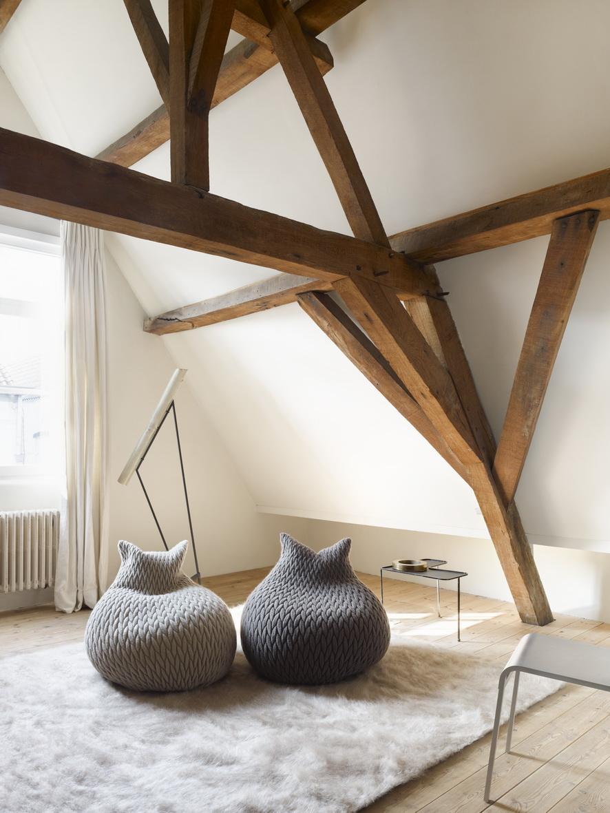 Кресла мешки с вязаными чехлами в гостиной