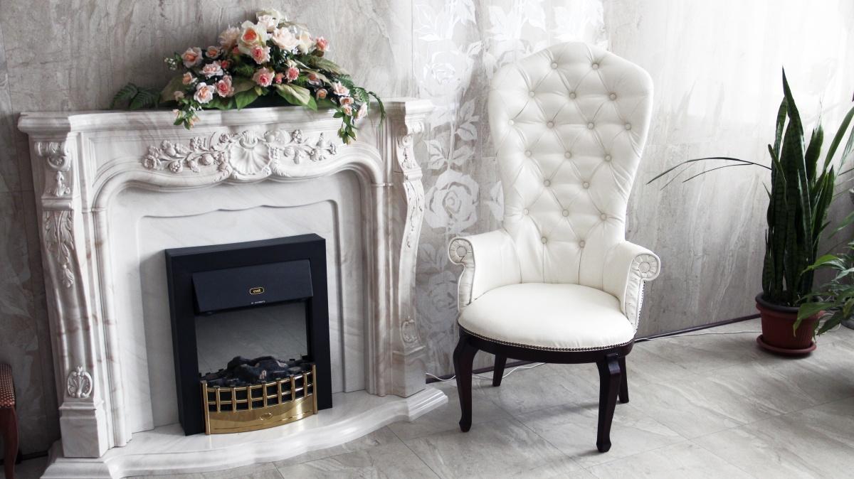 Красивое белое кресло в гостиной