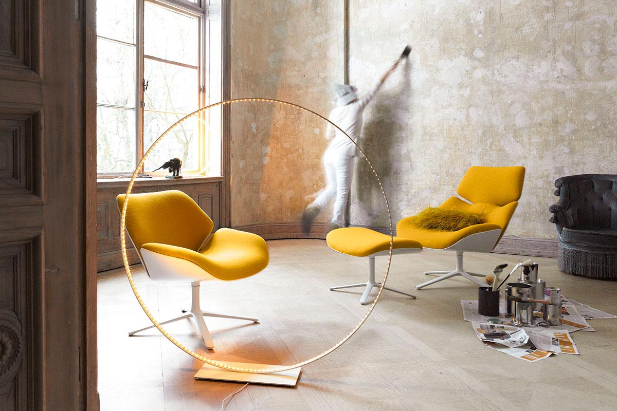 Красивые желто-белые кресла для гостиной