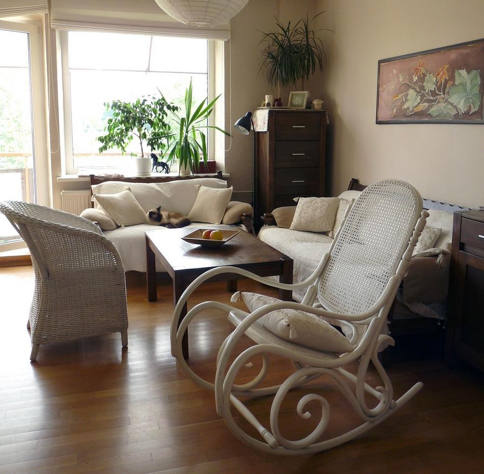 Белое кресло качалка в гостиной