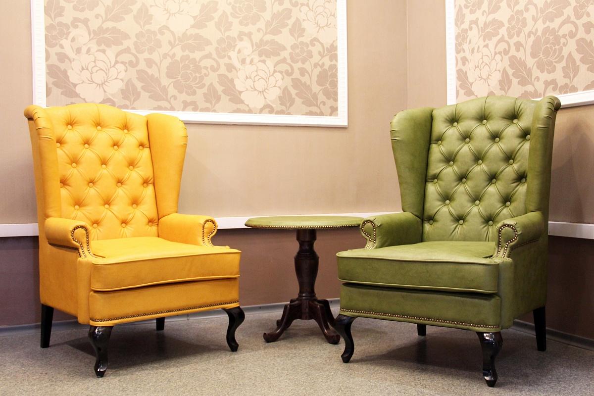 Желтое и зеленое кресла