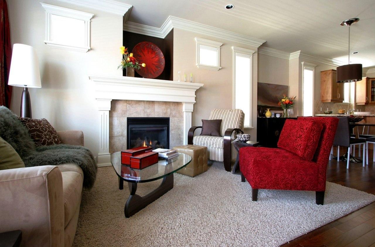 Красное и полосатое кресла в гостиной