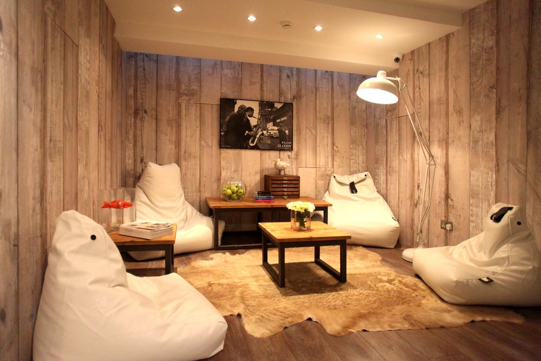 Белые кресла мешки в комнате отдыха