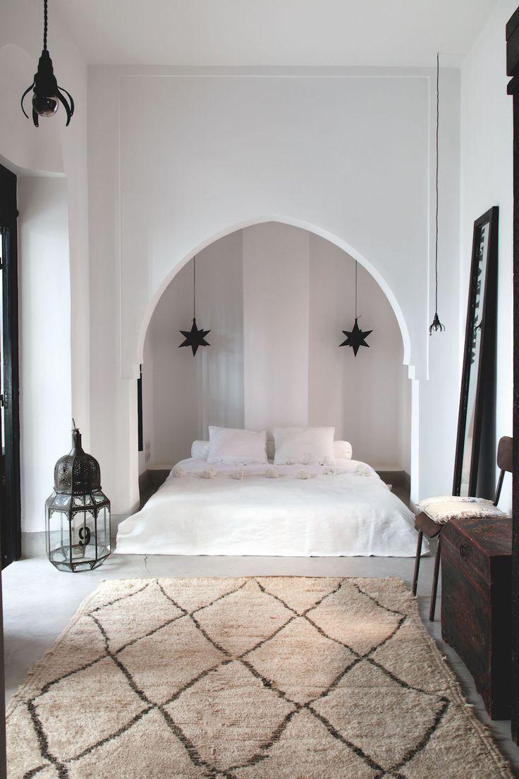 Восточный стиль в интерьере с кроватью