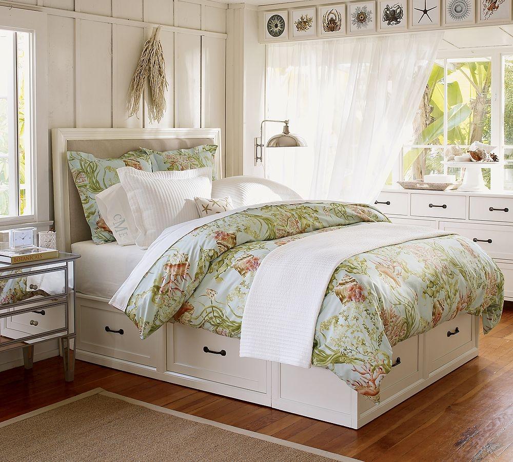 Белая кровать с ящиками в спальне в стиле прованс
