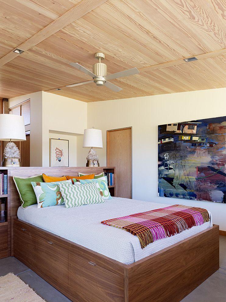Высокая коричневая кровать с ящиками
