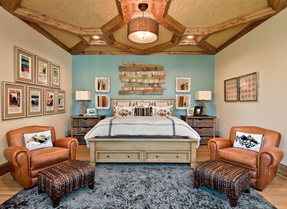 Уютная спальня с кроватью с ящиками