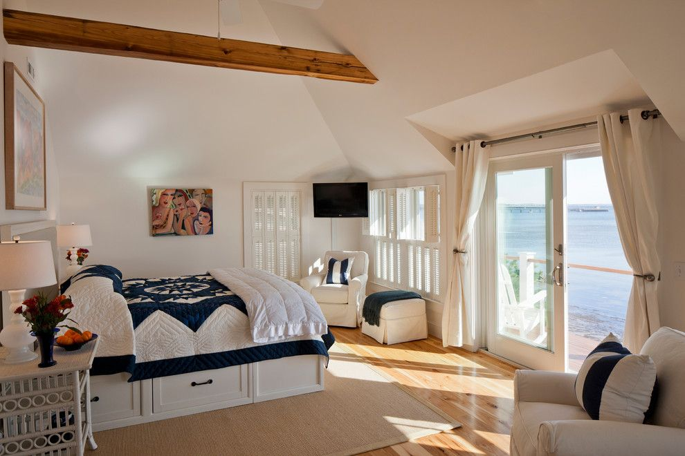 Белая кровать с ящиками в просторной спальне
