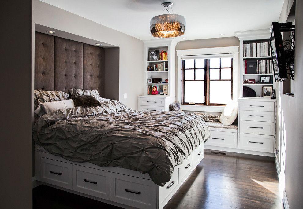 Кровать с ящиками в белой спальне