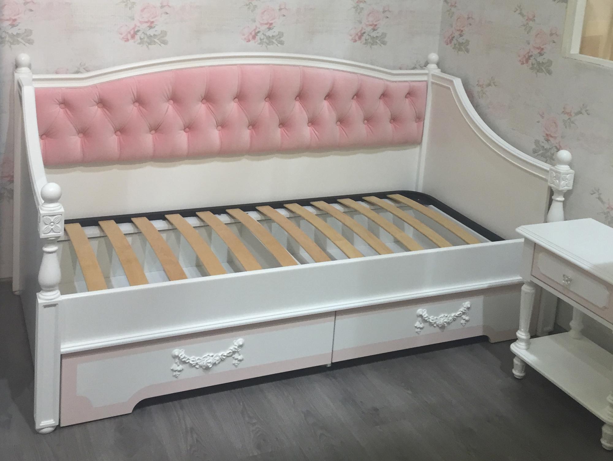 Белая детская кровать с ящиками из натурального дерева