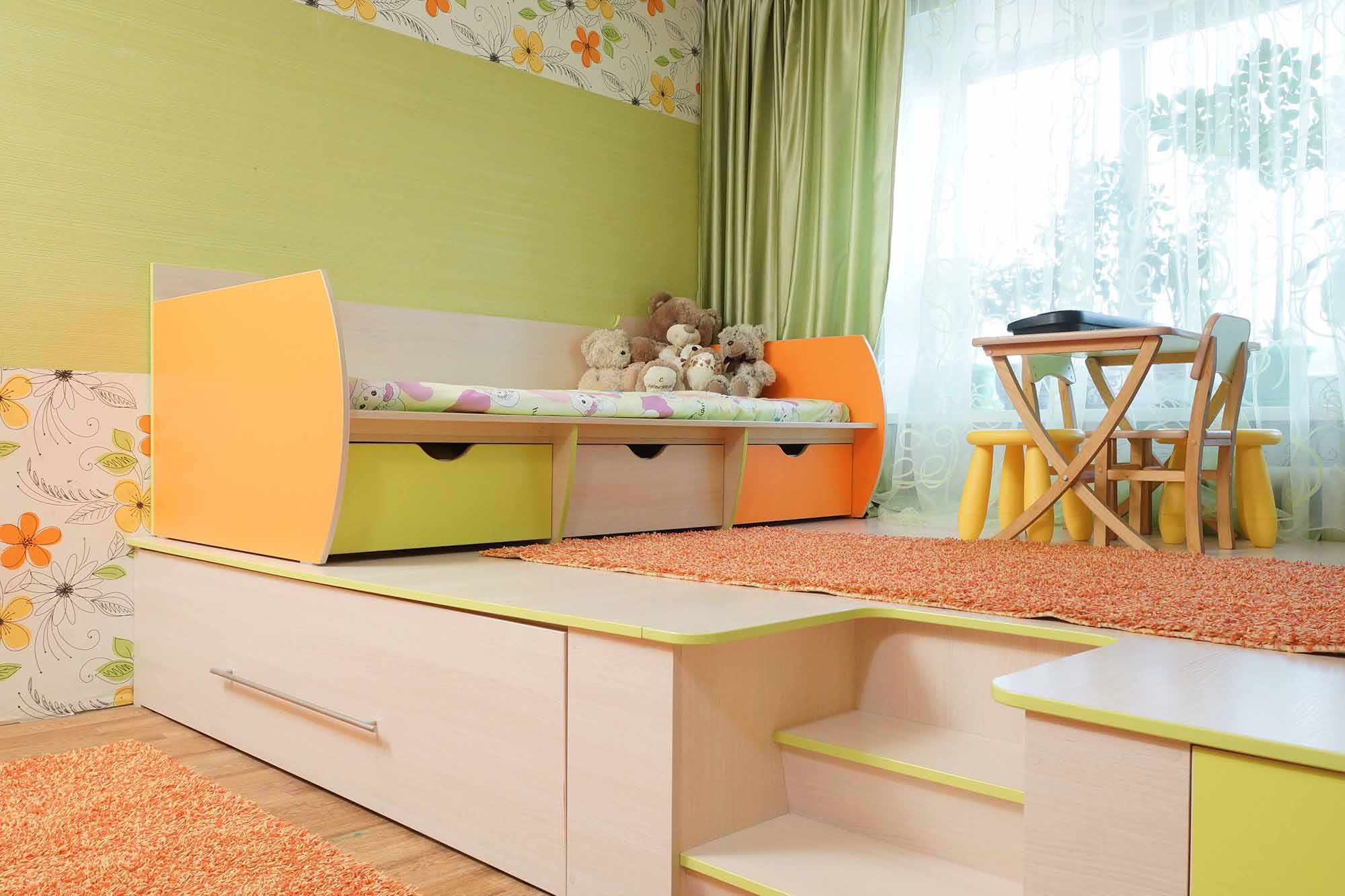 Детская кровать с ящиками на подиуме