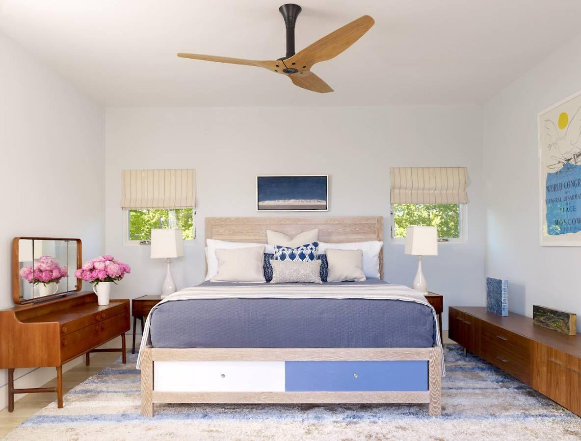 Бежевая кровать с цветными ящиками в спальне