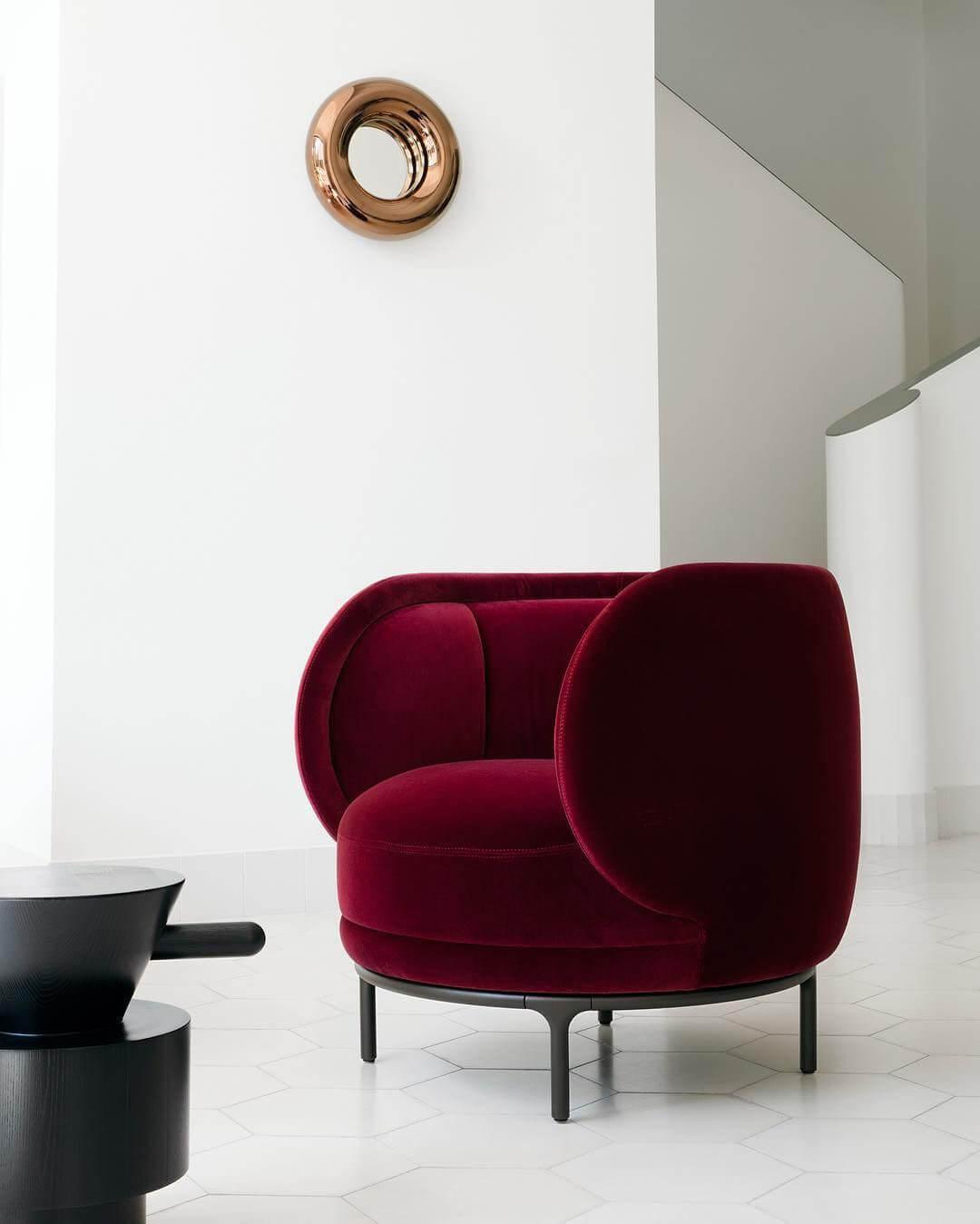 Круглое бордовое кресло в интерьере