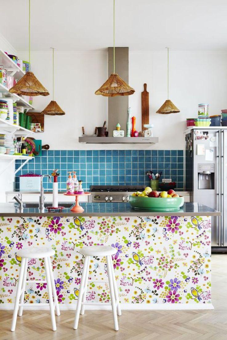 Цветочные обои на кухне