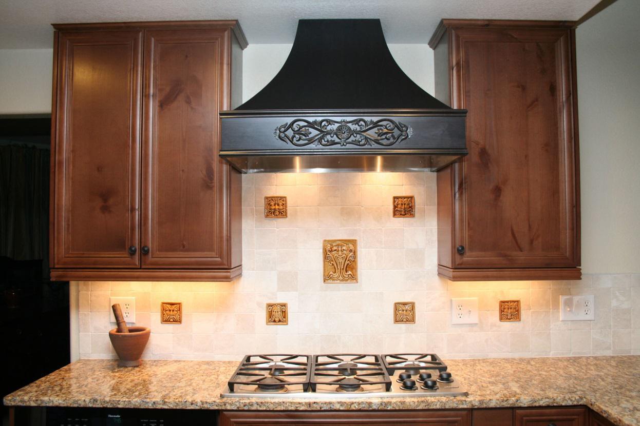 Красивая черная купольная вытяжка на кухне