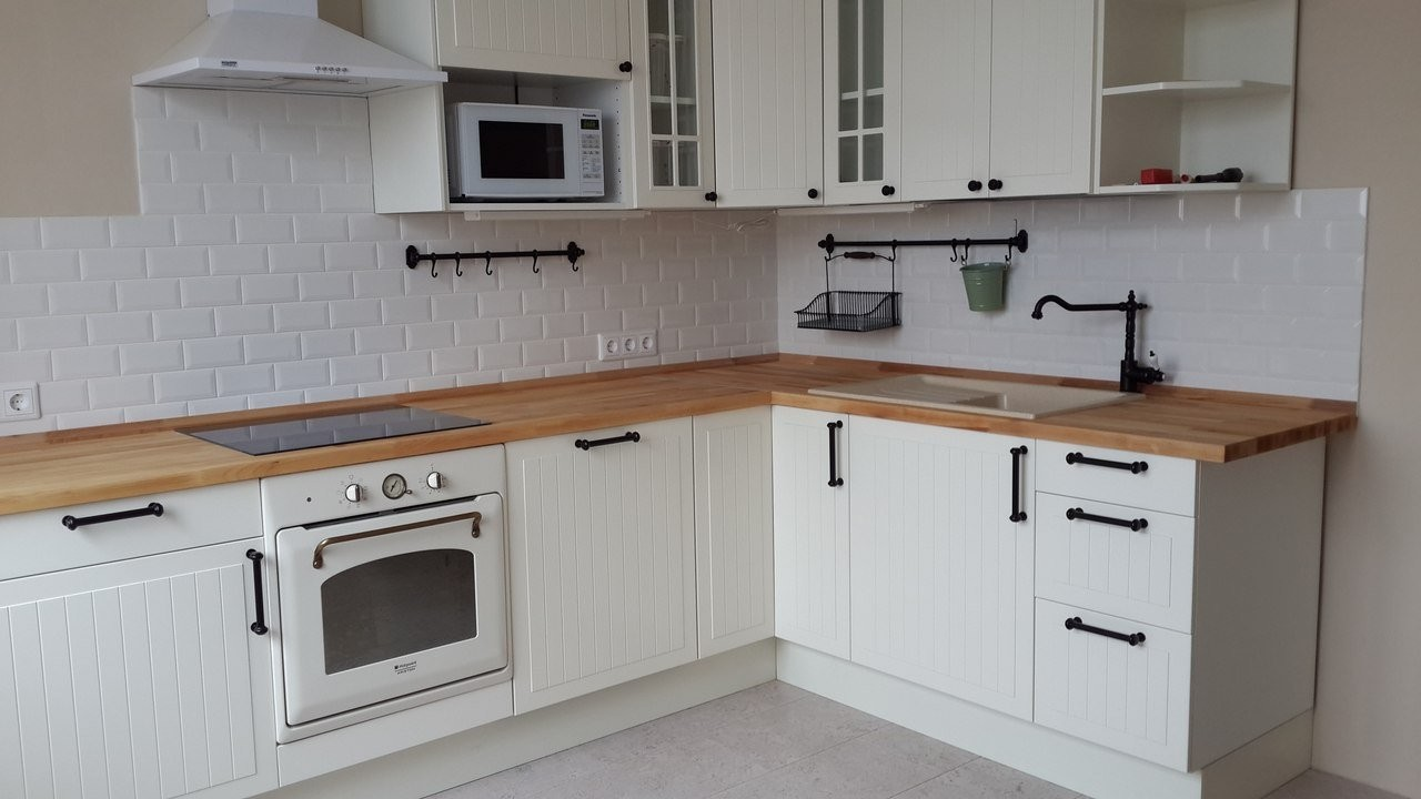 Белая купольная вытяжка на кухне