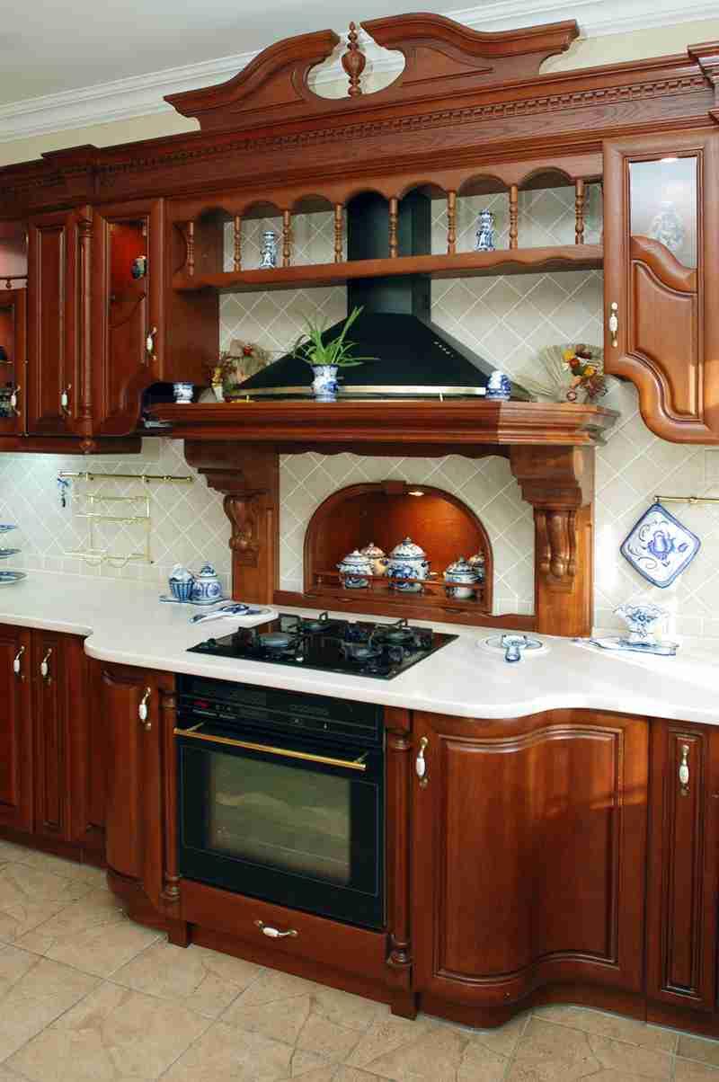 Большая купольная вытяжка на кухне