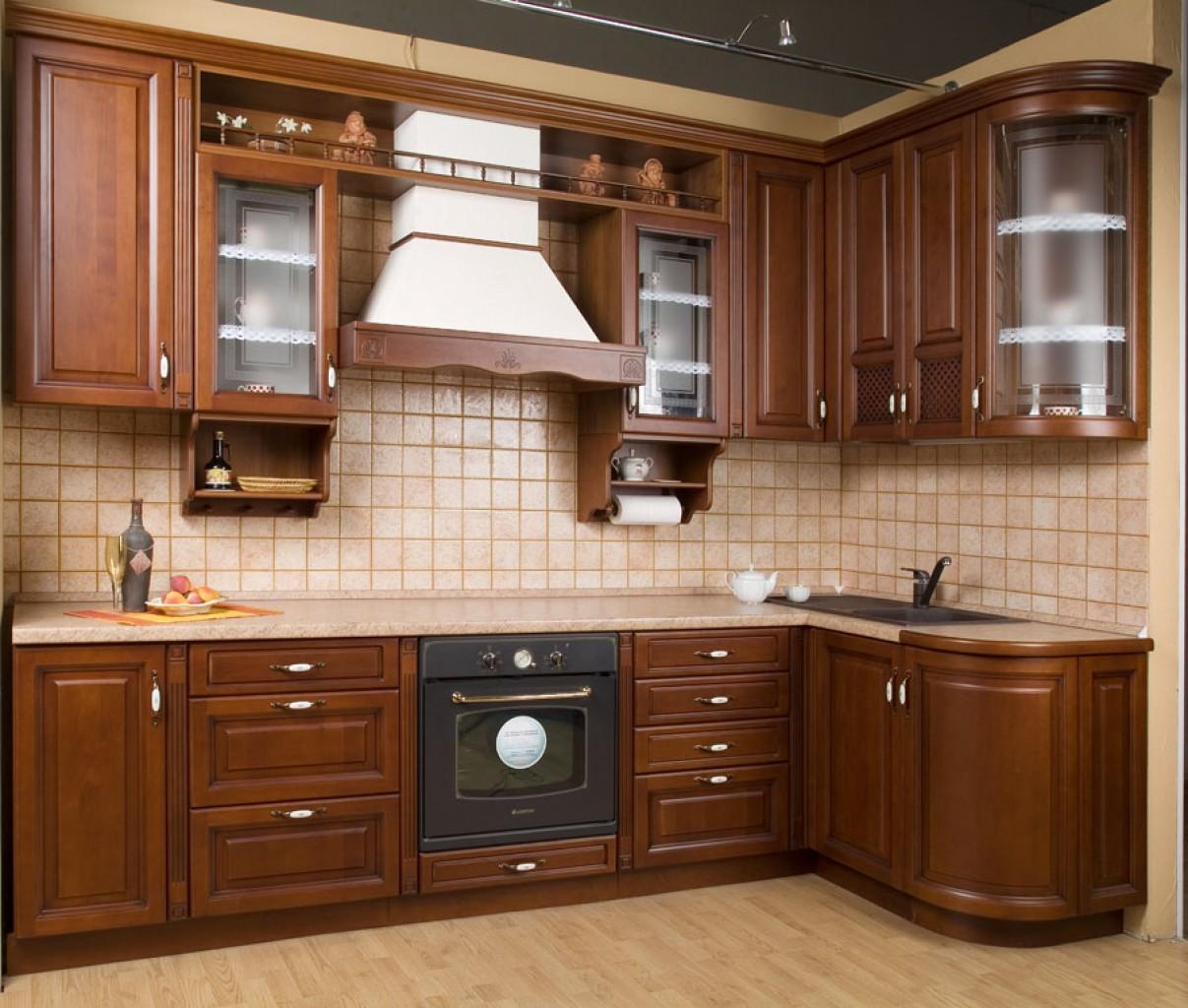 Коричнево-белая купольная вытяжка на кухне