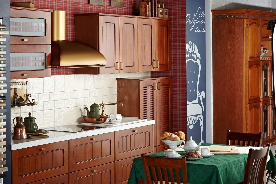 Золотистая купольная вытяжка на кухне