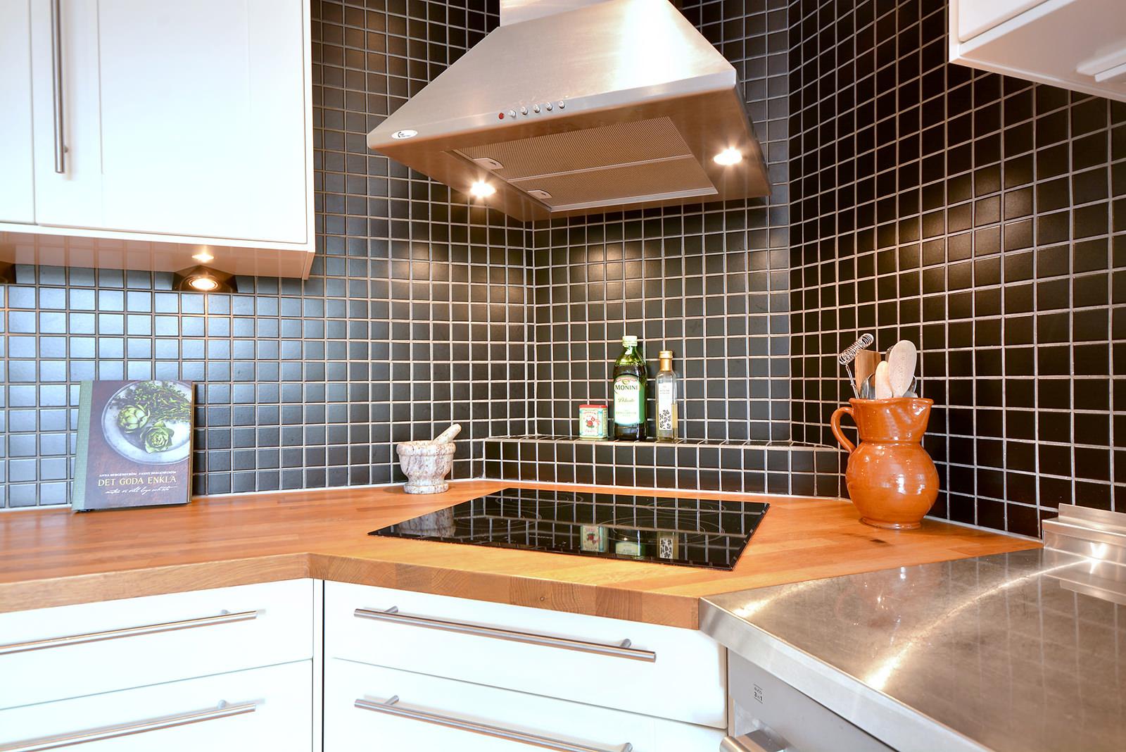 Купольная вытяжка на кухне с черной плиткой