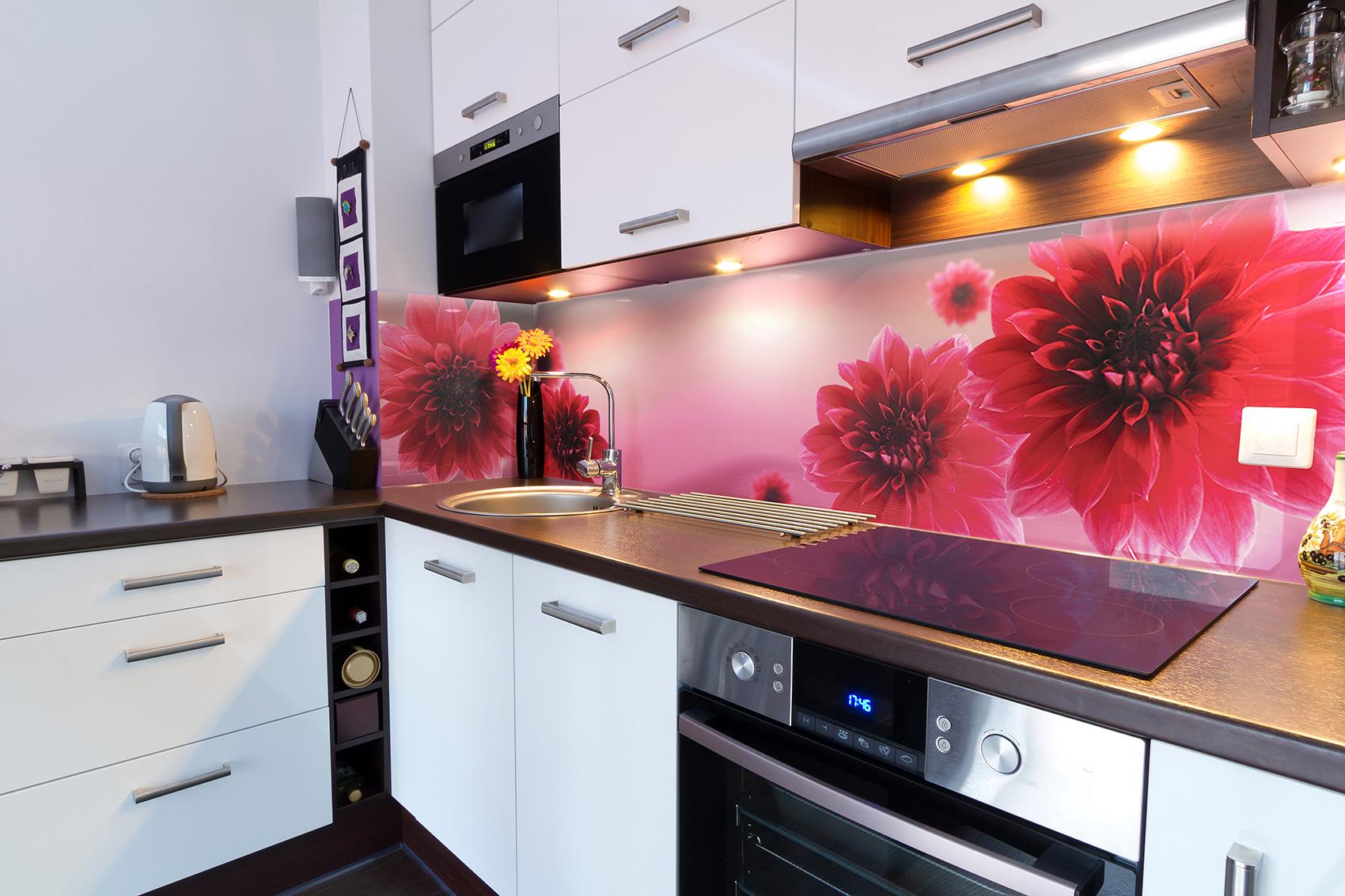 Кухонный стеклянный фартук с яркими цветами
