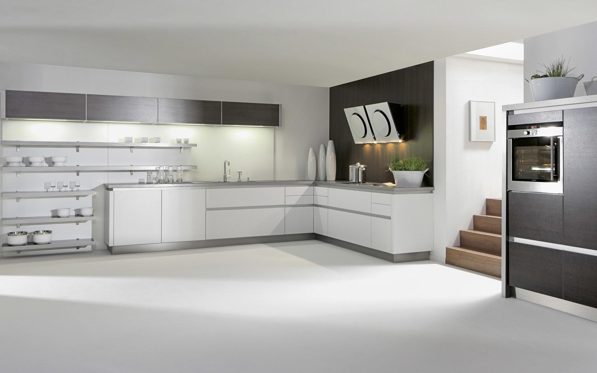 Прозрачный стеклянный фартук для белой кухни