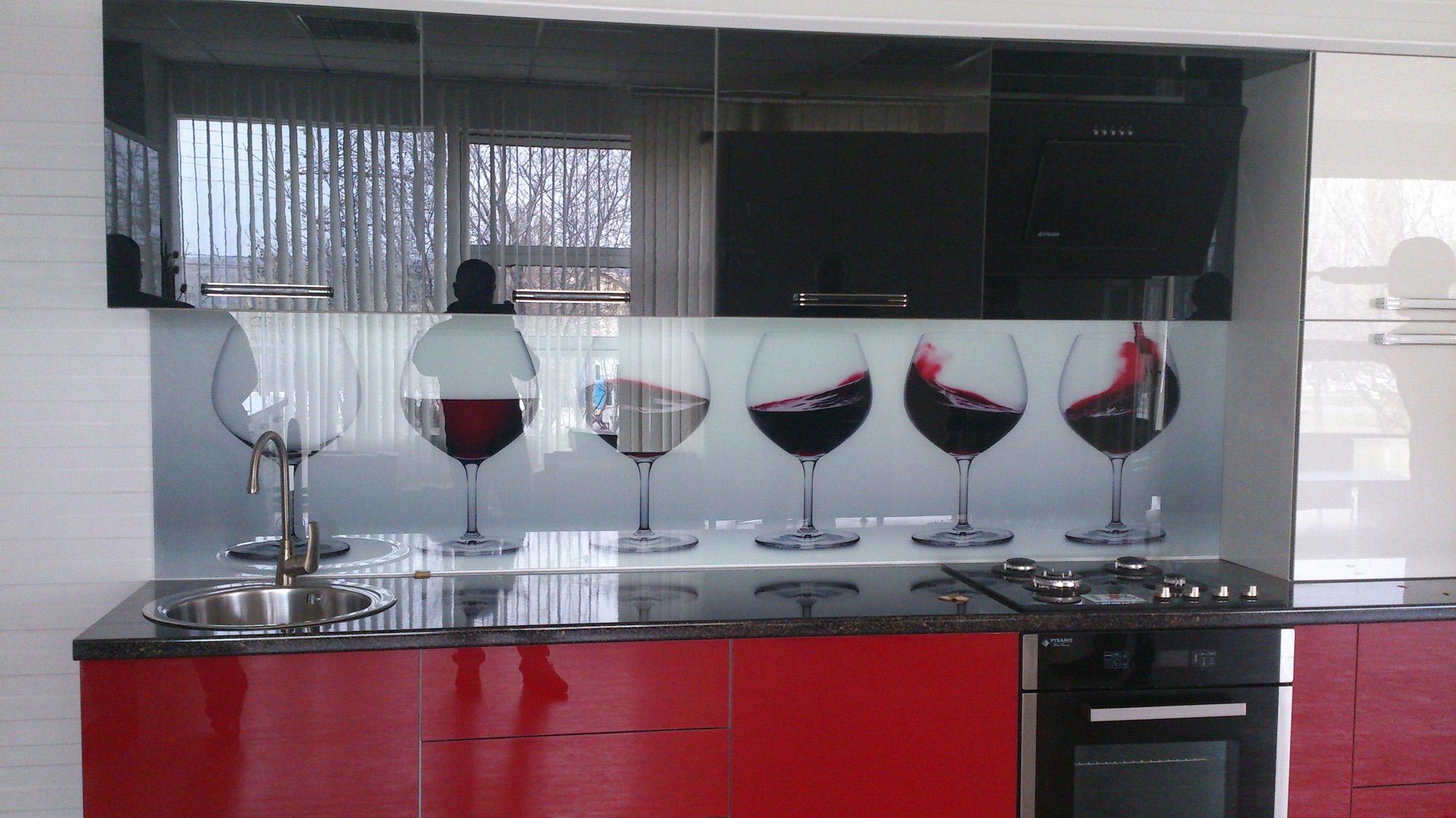 Кухонный стеклянный фартук с изображением бокалов